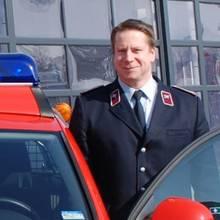 FW Gemeindewehrleiter mit Auto vor Wache